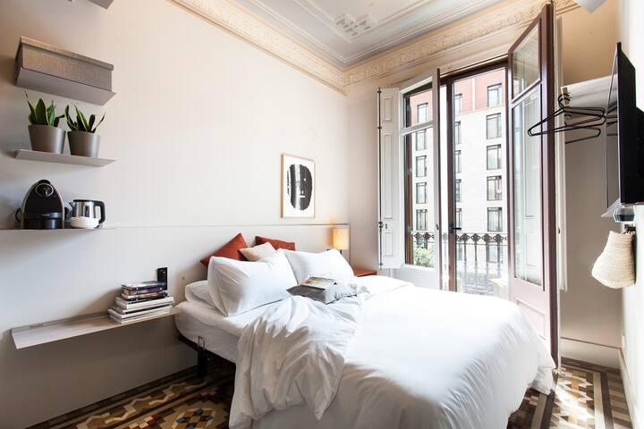 Stylish double room, private bathroom, Pl Cataluña