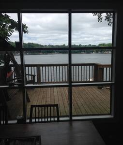 Beautiful and Quiet 2br on Clear Lake - Buchanan - House