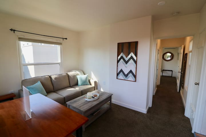 Centrally located 1 bedroom upstairs w/ AC