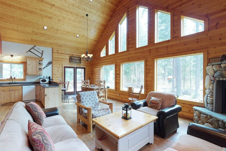 Cozy A-frame in the woods near hiking trails, lake, and more, walk to the river!