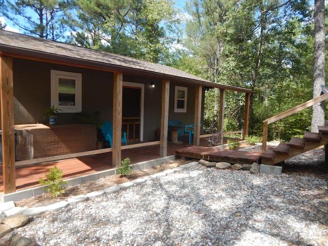 Cozy little cabin, close to town. Pet friendly.