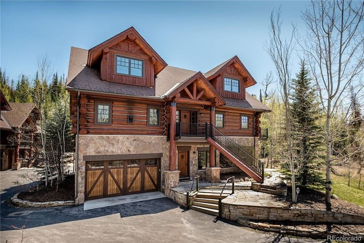 Stunning Log Home - 4 bedrooms, sleeps 14, game room, private hot