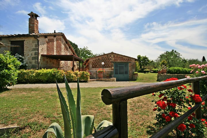 Lovely cottage in Tuscany between Siena & Florence