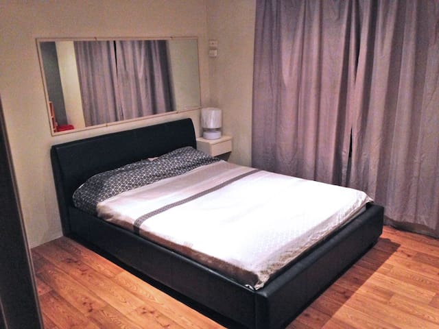 Queen room close to Airport and City - Cloverdale - House