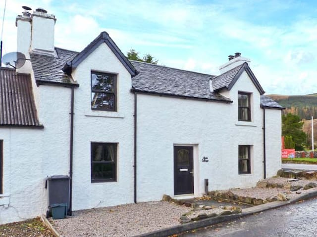 ALMA COTTAGE, pet friendly, with a garden in Tyndrum, Ref 6858