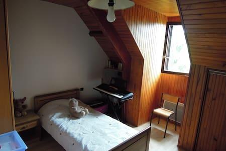 Chambre au 1er étage d'un pavillon - Saint-Pierre-du-Perray