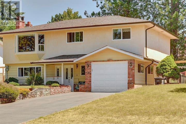 Gorgeous Home by Mount Douglas, Ocean + More!