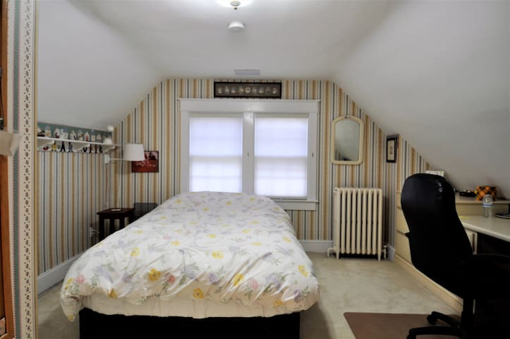 This bedroom, with a queen bed, is not offered in this listing, but is on the same floor and available in listing: https://www.airbnb.com/rooms/24543542?preview_for_ml
