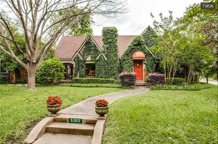 Private Suite in Whimsical M-Streets Tudor Home - Dallas - House