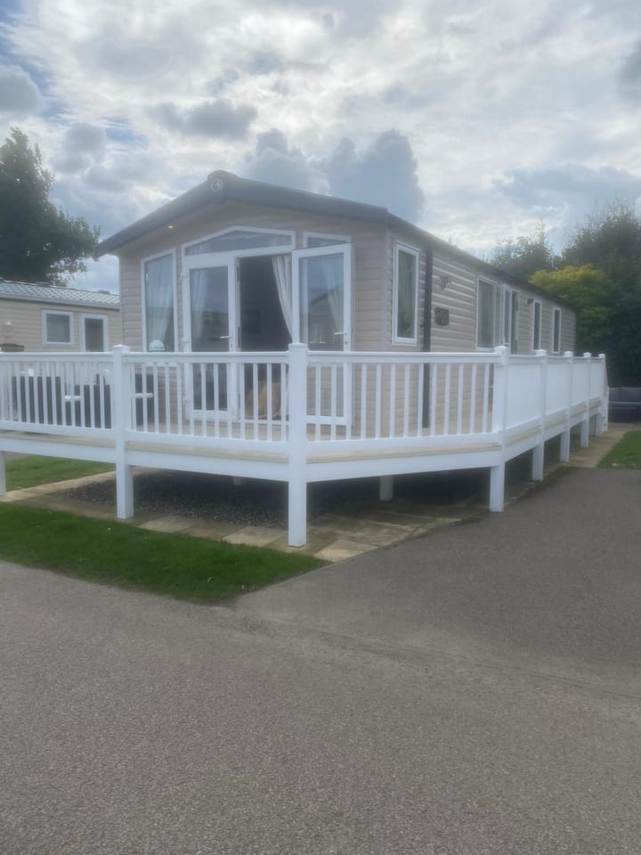 Luxury caravan for hire by the beach at Haven Hopton in Norfolk ref 80024OV