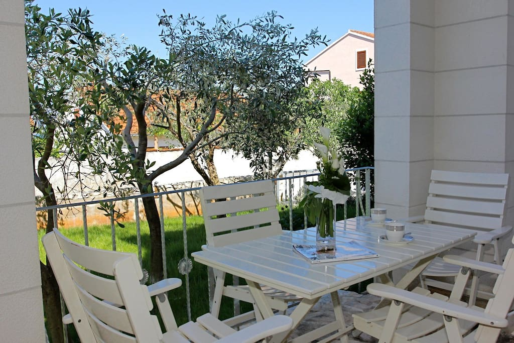 The terrace of the ground floor apartment.