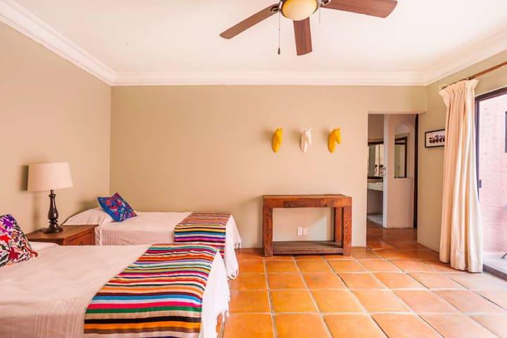 La habitación puede ir en king o en 3 individuales. Se puede agregar una cama extra. Planta baja.