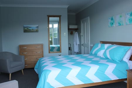 Top of the Town B & B Room 2 - Picton - Bed & Breakfast