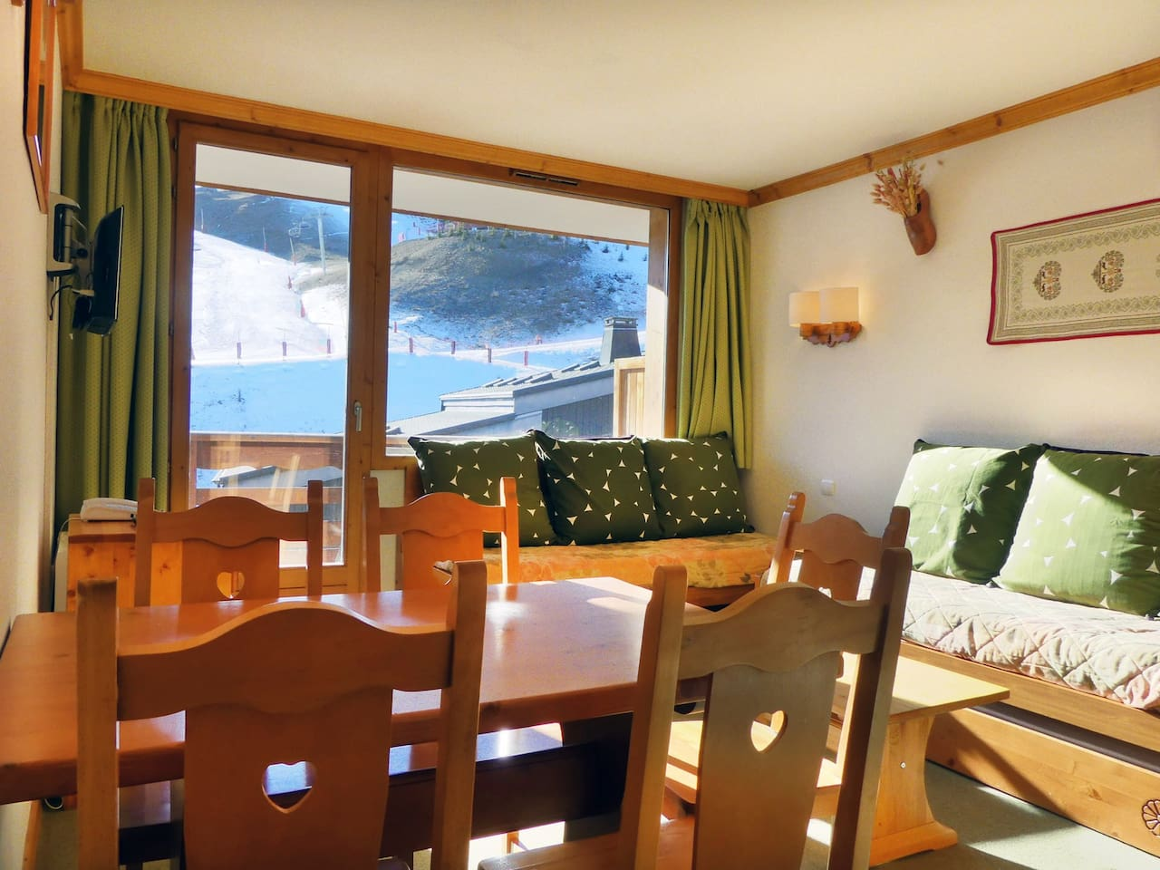 APPARTEMENT CLAIR ET CHALEUREUX, LABEL MERIBEL / BRIGHT AND WARM APARTMENT, MERIBEL LABEL