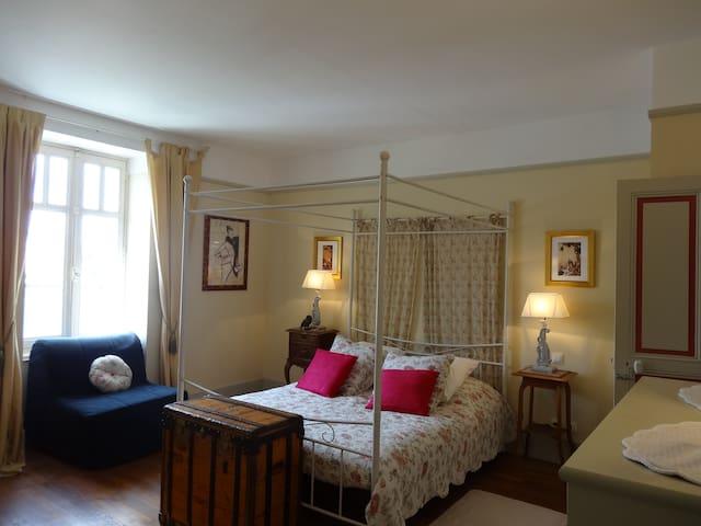 Chez Louis le Balcon 1 bdrm/1bath Apt near Beaune