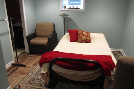 Newly Rehabbed bsmt Studio by ORD/Rosemont/CTA - Chicago