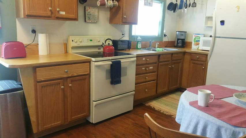 Equipped kitchen: microwave, toaster, toaster oven, coffee pot, tea kettle, coffee, tea, rice, oatmeal, spices, ketchup