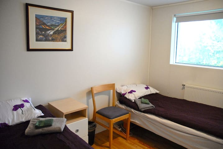 Room for 2, 2 beds, modern house near central bus - Reykjavík - House