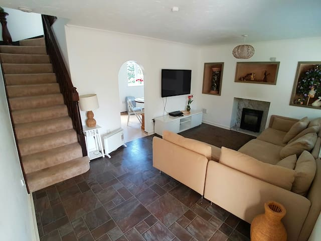 Cozy Family Retreat, Manchester, Near M60 - Worsley - Дом