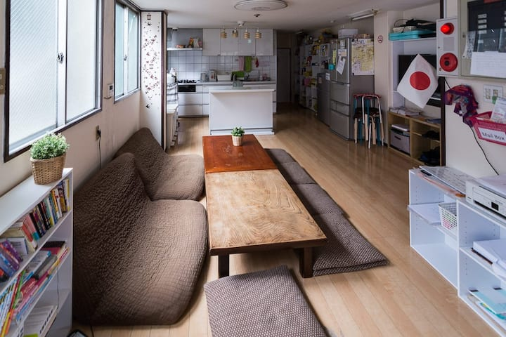 Un lit dans un dortoir ( à 2 stations de Namba)