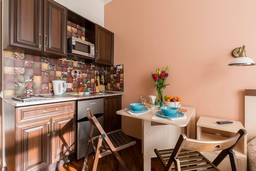 кухонная зона и обеденный стол