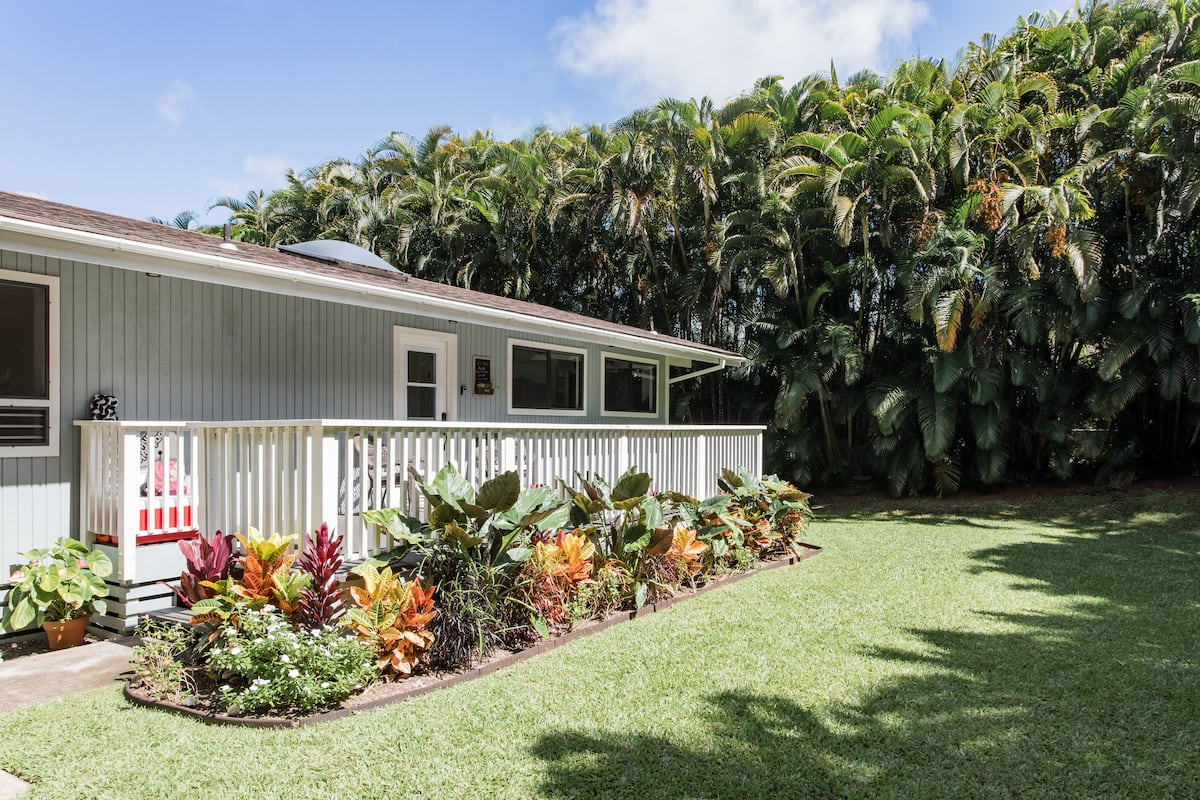 Exterior of the Tropical Haiku Cottage AirBnB featured on a blog post by Oregon based elopement videographer, Alesia Films
