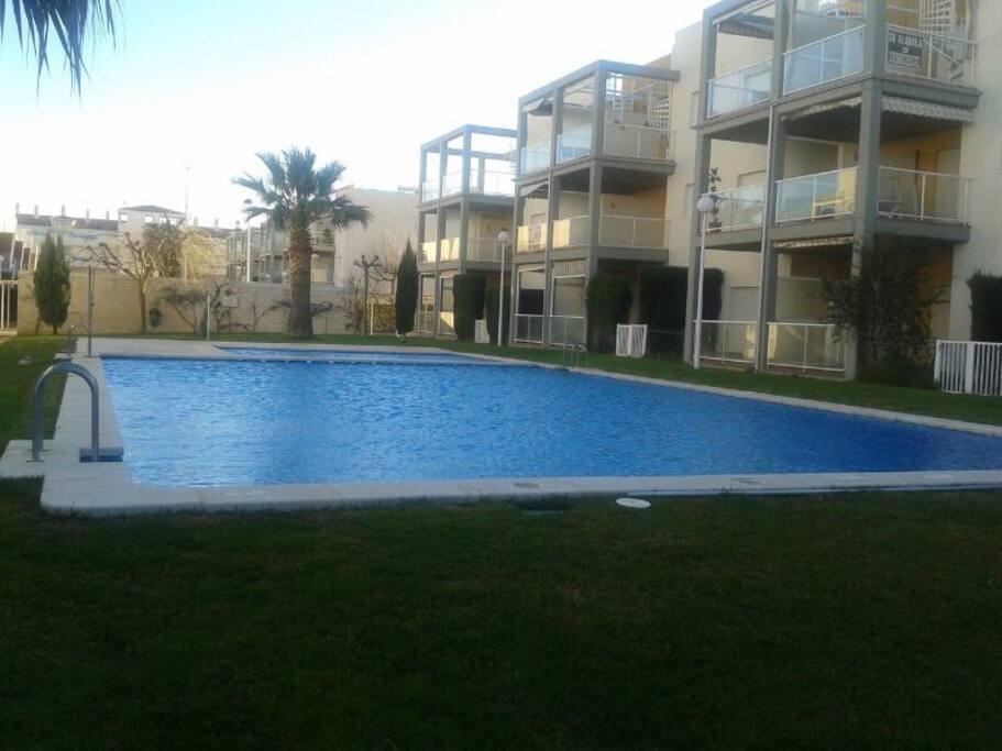 Bajo con jard n playa piscina cualquier poca for Piscina la almudena
