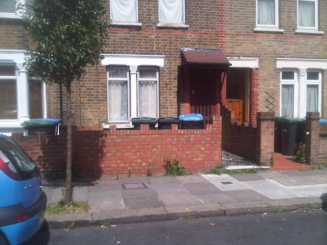 Warm 2-Bedroom House Close To Shops - Londyn - Dom