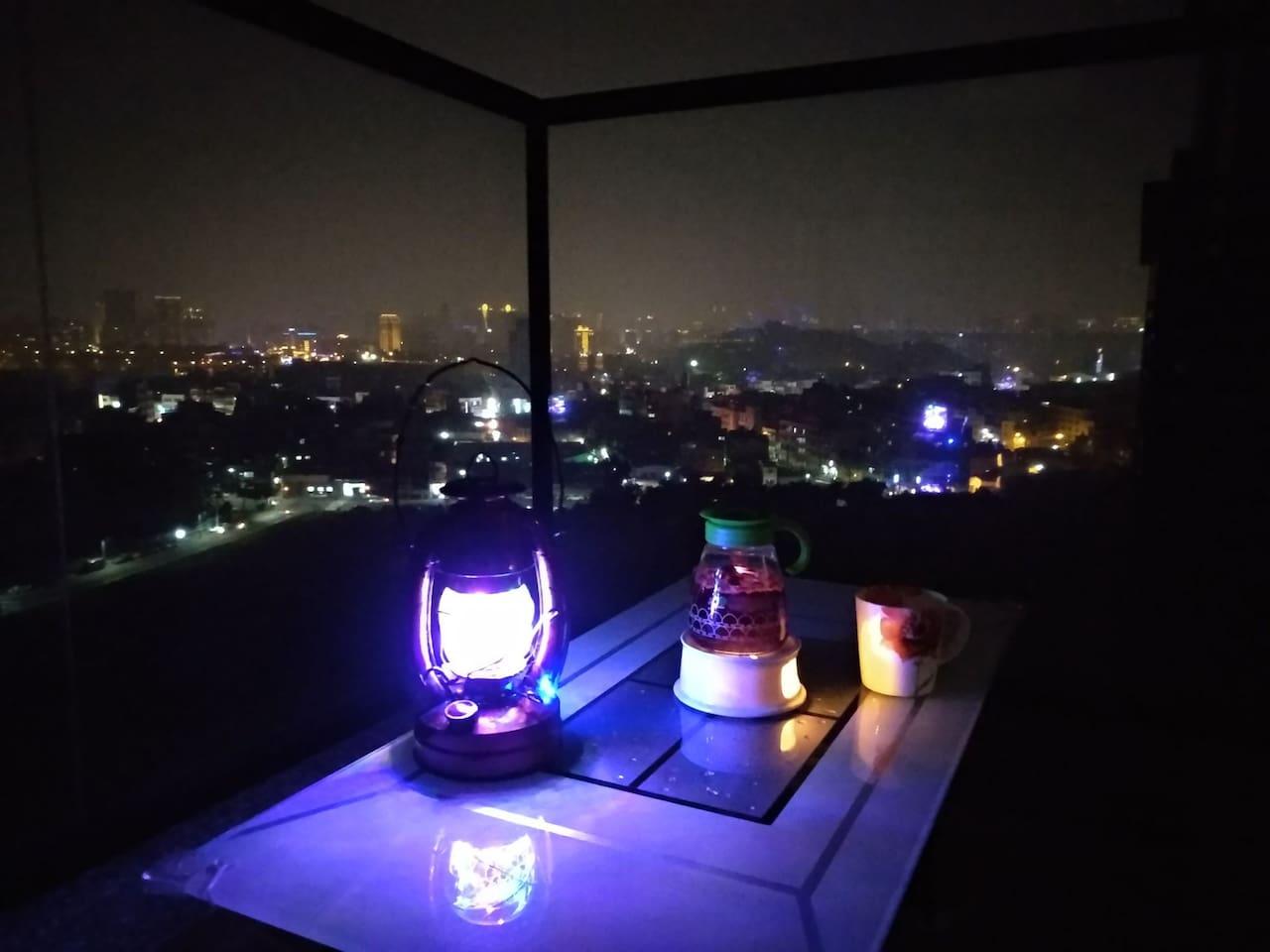 陽台悠閒喝茶觀賞高市夜景
