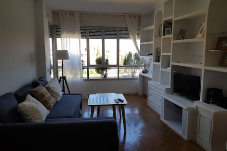 Private Room and Bathroom with 2 Beds - Pozuelo de Alarcón - 公寓