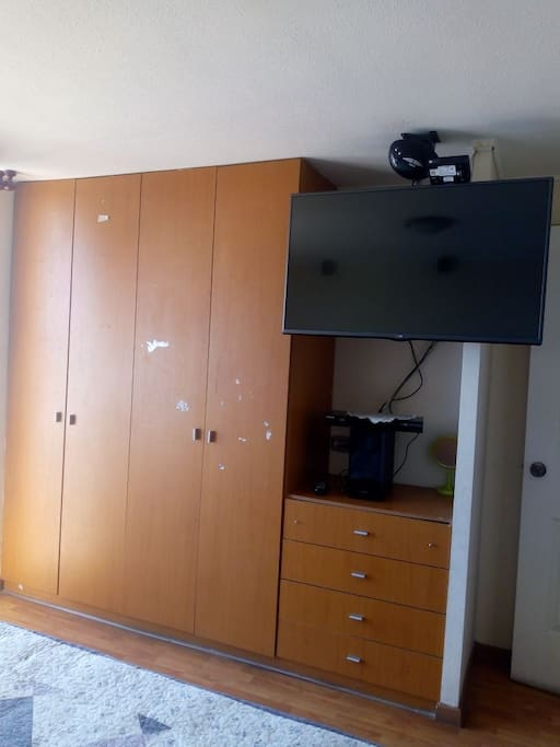 Amplios closet para guardar vestuario y maletas.