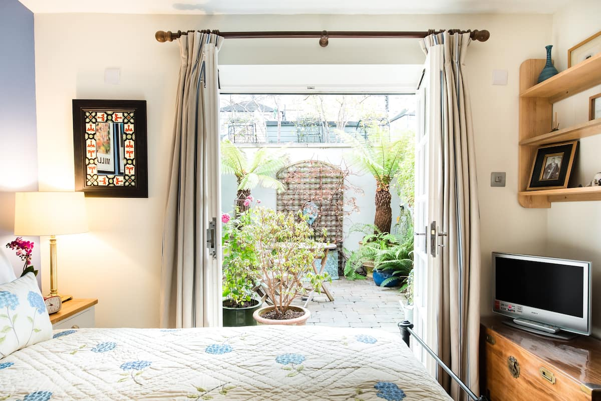 Charming City Centre Cottage with Lush Garden on Circus Lane