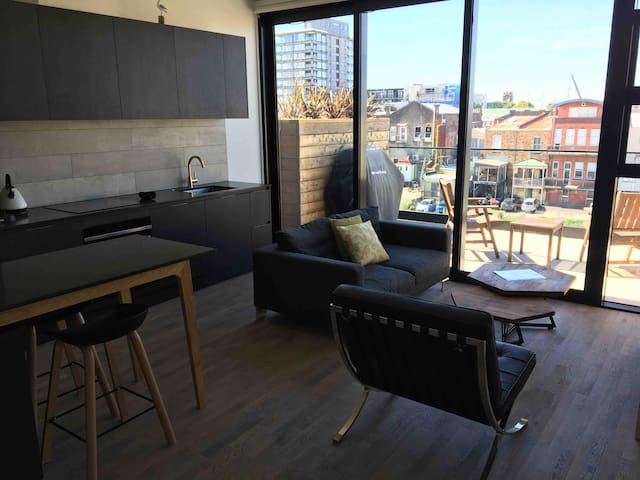Sophisticated 1 bedroom apartment with carpark