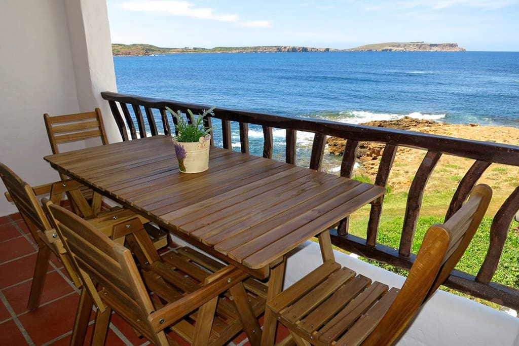 La terraza dispone de una mesa y sillas con capacidad para 5 personas. The terrace has a table and chairs for 5 people.