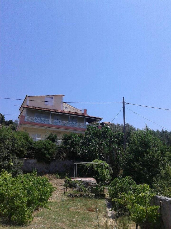 Διώροφο σπίτι με εκπληκτική θέα πάνω στο κύμα.