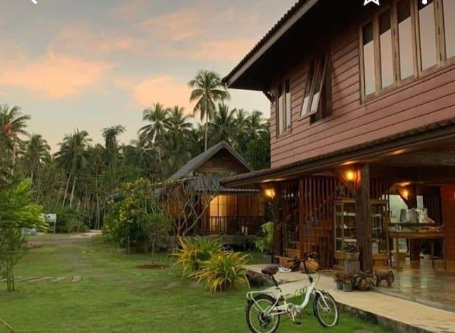 Chuenwareehomestayบ้านไม้ทรงไทยในสวนริมแม่น้ำ5หลัง