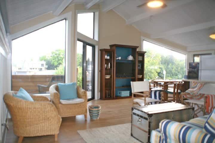 Sexy Charlevoix Condo views of  Round Lake Sleeps4
