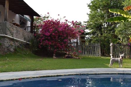 Lorien Casa Rural. Jardín y alberca.Pet friendly.