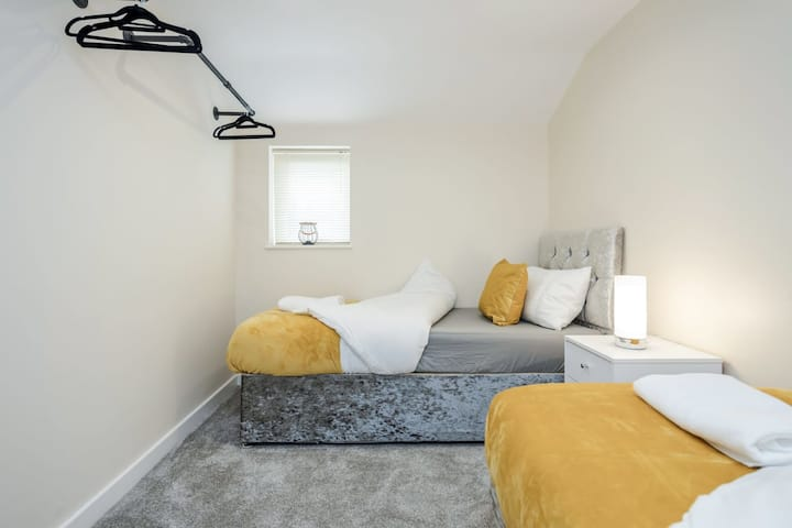 Bedford Hospital Large Contractor Serviced Apartment by Homely Spaces for Up to 4 Guests