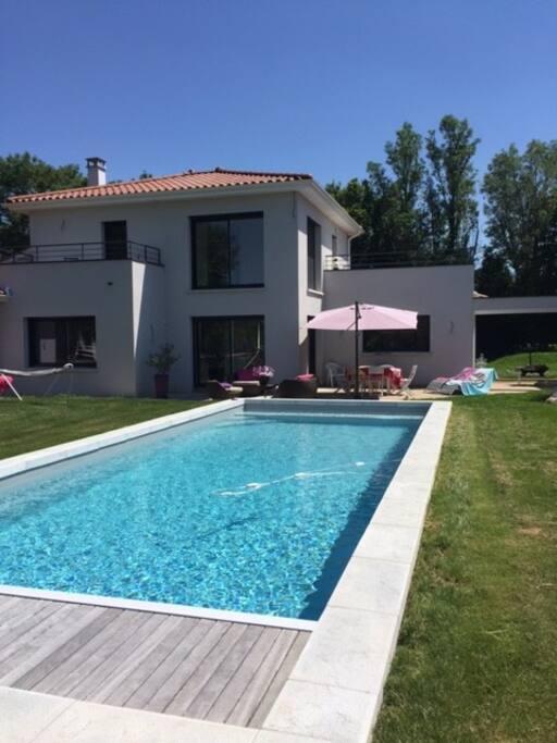 2 chambres avec terrasses dans villa avec piscine houses for Piscine 2 alpes