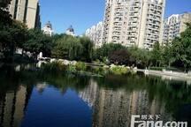 小区内就有很多很大的湖,散步小区就是在散步公园。