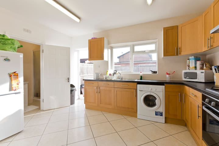 Large Ground Floor Room  - Close to Heathrow - Hounslow - Dom