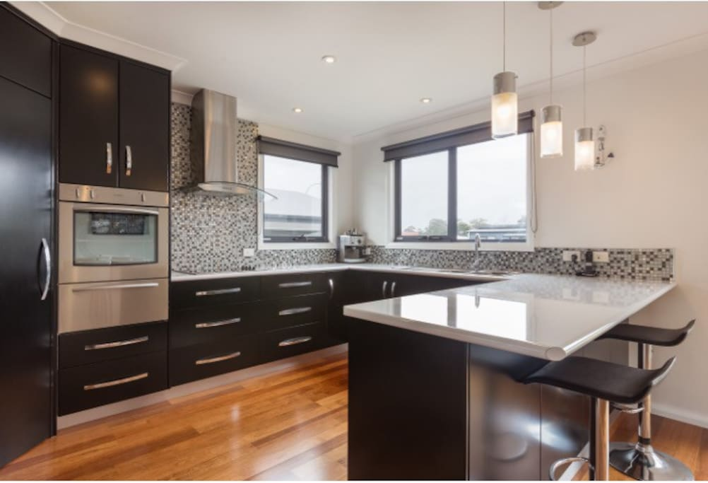 Spacious, modern, fully equipped kitchen with coffee machine.