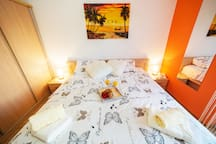 ROOM 1: SWEET DREAMS IN THE COMFORTABLE KING SIZE BED (1.8 x 2.0m)