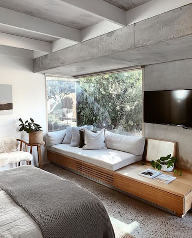 Daybed/ bench seat and tv with netflix