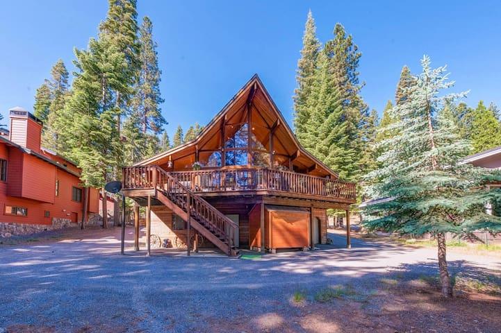 Spacious cedar cabin on golf course