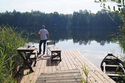 Солнечный дом на берегу озера