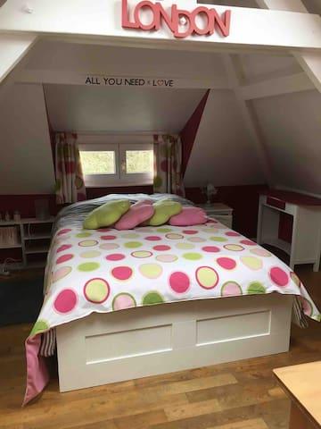 Chambre London avec lit 1m40, placard, penderie et bureau