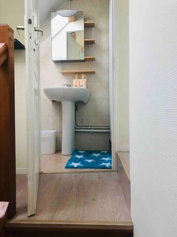 Salle de bain privée avec douche