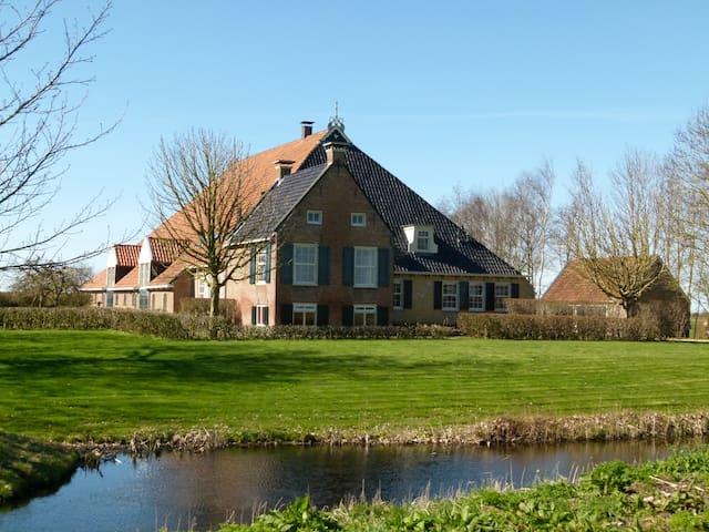 Imposante Friese boerderij met haven; toplocatie!! - Dijken - Hus